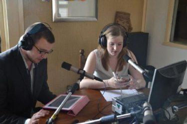 Kimberly de Jonge en Tim de Vries tijdens een uitzending van JongInDeKop Radio