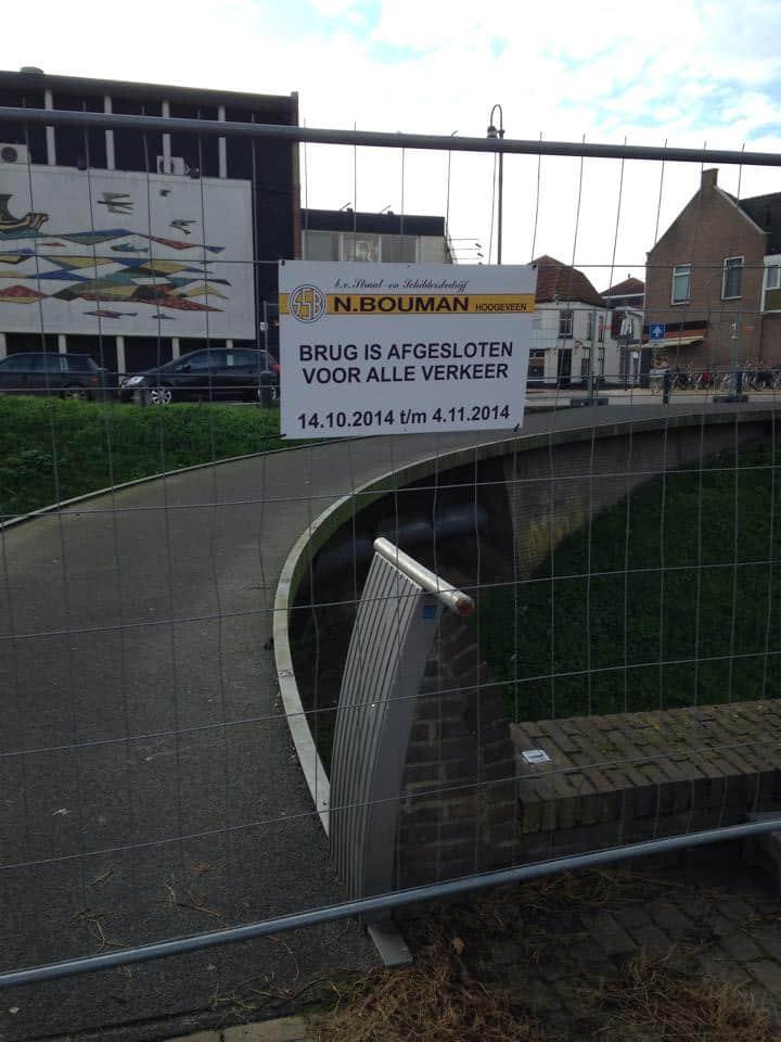 De brug over de Looijersgracht is afgesloten voor onderhoud.