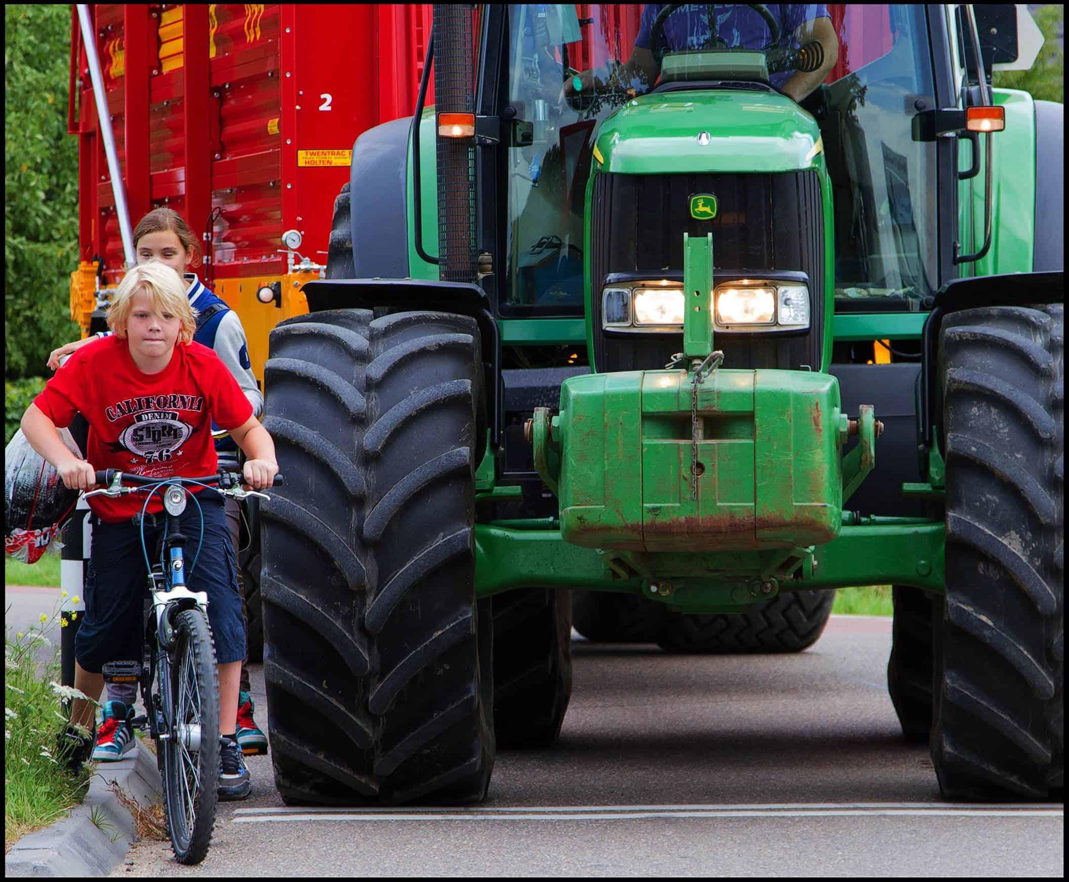 foto bij persbericht over jeugdverkeersproject met landbouwverkeer