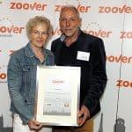 Johanna en Theo krijgen de prijs uitgereikt. Foto: Sander Chamid.
