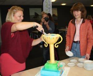 De taart in de vorm van een beker/trofee