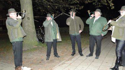 Hoornblazers-bij-de-Sint-Hubertusviering-bij-de-start-van-het-jachtseizoen-in-de-St.-Andreaskerk-in-Steenwijkerwold