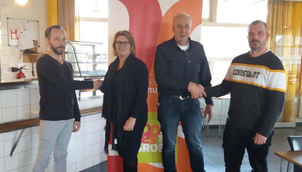 Sonja Fokkens en Harm Knol feliciteren twee nieuwe collega's