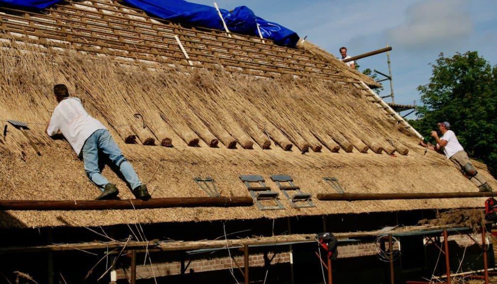 1.-Boerderij-'de-Hoogenkamp'-bij-Olst-wordt-met-riet-gedekt.-foto-Hans-Harleman-gecomprimeerd