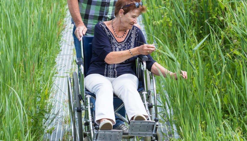 mevrouw in rolstoel
