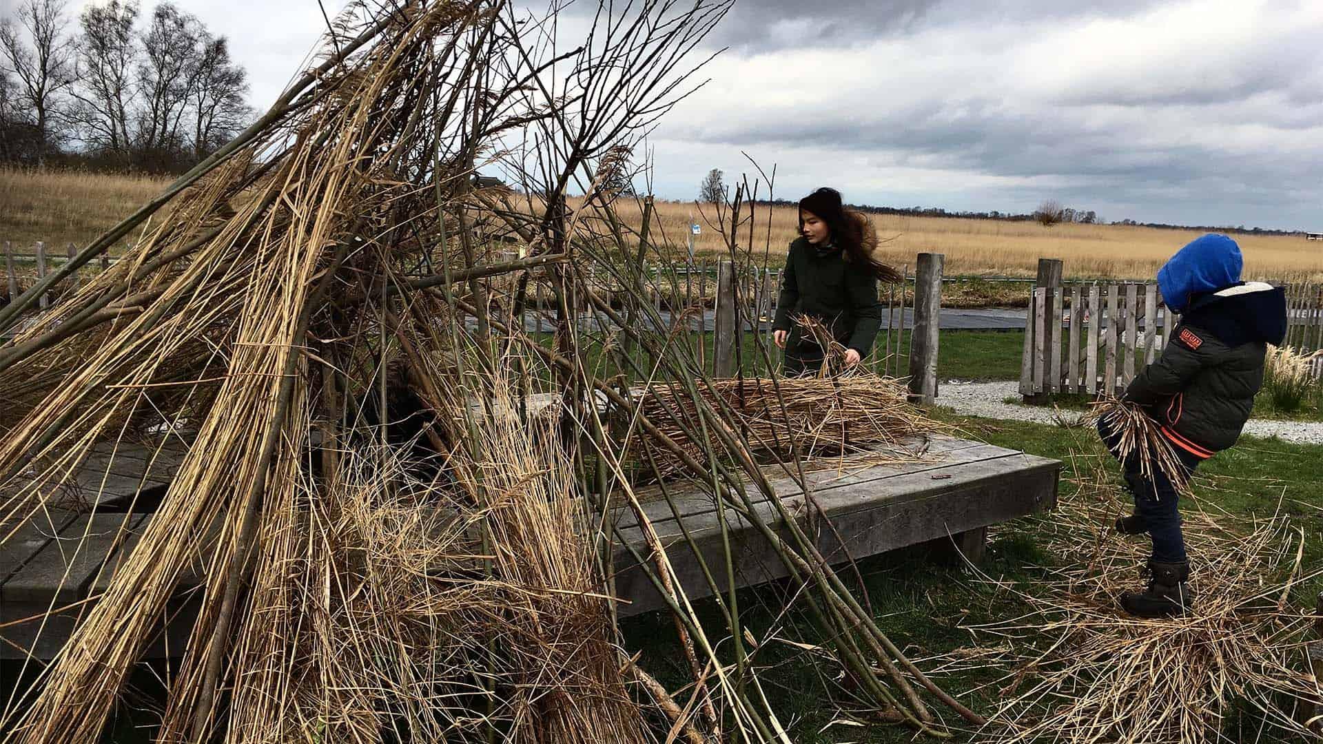 foto huttenbouwen met landschap als achtergrond-1
