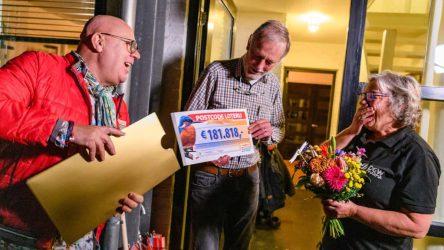 Domien-en-Marianne-verrast-door-Postcode-Loterij-ambassadeur-Gaston-Starreveld-met-181.818-euro