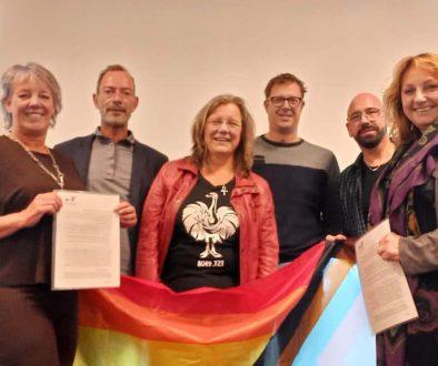 wethouder Jongman en fractieleden Makken en Logtmeijer ontvangen het Regenboog Manifest uit handen van het bestuur Regenboog Steenwijkerland